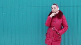 mooi meisje in de winterkleren stock videobeelden