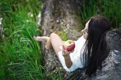 Mooi meisje dichtbij de boom Stock Foto's