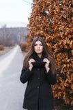 Mooi meisje dichtbij de herfstboom Royalty-vrije Stock Afbeeldingen