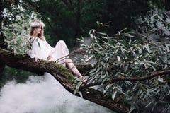 Mooi meisje dichtbij de rivier Stock Foto