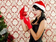 Mooi meisje dichtbij een Kerstmisboom Stock Foto
