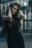Mooi meisje dichtbij shopwindow op de straat van de nachtstad Royalty-vrije Stock Afbeelding