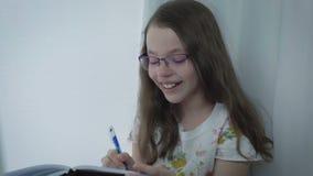 Mooi meisje die aan scheuren lachen stock videobeelden