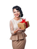 Mooi meisje die in avondjurk een gift houden Stock Foto's