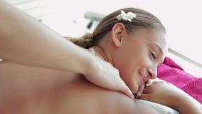 Mooi meisje die bij massage lijst en het genieten liggen van stock videobeelden