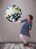 Mooi meisje die 3d aarde houden Stock Foto