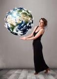 Mooi meisje die 3d aarde houden Royalty-vrije Stock Foto