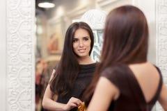 Mooi Meisje die in de Spiegel kijken en op een Elegante Kleding proberen Stock Afbeeldingen