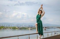 Mooi meisje die in de stad dansen Stock Foto