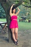 Mooi meisje die de zomer van dag in het park genieten royalty-vrije stock foto's