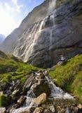 Mooi meisje die dichtbij de Lauterbrunnen-waterval rusten Royalty-vrije Stock Foto