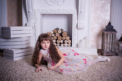 Mooi meisje die dichtbij de open haard liggen Royalty-vrije Stock Fotografie