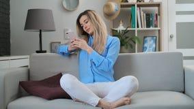 Mooi meisje die digitaal mobiel apparaat met behulp van die Internet en sociale media doorbladeren, die het verbonden thuis van g stock video