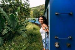 Mooi meisje die door trein onder bergen reizen royalty-vrije stock foto's