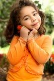 Mooi meisje die een bloem houden die van de tuin wordt geplukt royalty-vrije stock foto's