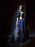 Mooi meisje die een middeleeuwse kleding dragen De studiowerken die door Caravaggio worden geïnspireerd cris xvii Stock Foto's