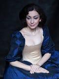 Mooi meisje die een middeleeuwse kleding dragen xvii Stock Foto
