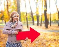 Mooi meisje die een richting in de herfst richten royalty-vrije stock foto's