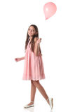 Mooi meisje die een roze ballon houden Stock Afbeelding
