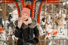 Mooi meisje die een telefoon op de straat houden royalty-vrije stock foto