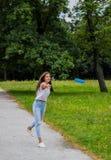 Mooi meisje die frisbee werpen Royalty-vrije Stock Foto's