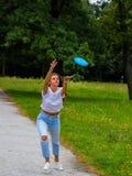 Mooi meisje die frisbee werpen Royalty-vrije Stock Afbeeldingen