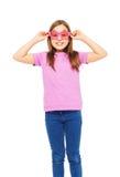 Mooi meisje die grappige roze glazen en t-shirt dragen Royalty-vrije Stock Foto's