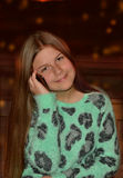 Mooi meisje die haar celtelefoon met behulp van Stock Fotografie