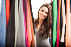 Mooi meisje die haar garderobe bekijken Stock Afbeeldingen
