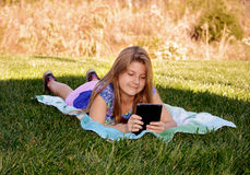 Mooi meisje die haar tablet gebruiken Stock Foto's