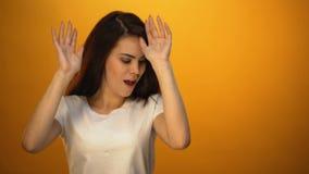 Mooi meisje die, het vieren persoonlijke overwinningen, plezier van het leven dansen stock video