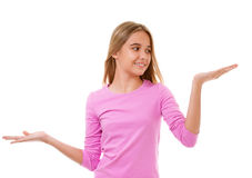Mooi meisje die iets op de palmen van haar handen tonen isola Royalty-vrije Stock Foto