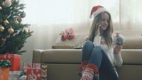 Mooi meisje die in Kerstmis GLB op de telefoon spreken stock videobeelden