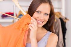 Mooi meisje die kleding en het glimlachen tonen Royalty-vrije Stock Fotografie