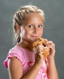 Mooi meisje die koekje eten stock foto's