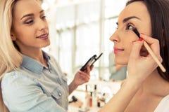 Mooi meisje die make-up doen royalty-vrije stock fotografie