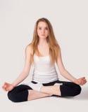 Mooi meisje die meditatieoefening doen Stock Afbeeldingen