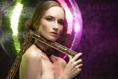 Mooi meisje die met avondsamenstelling een elegante halsband dragen stock afbeeldingen