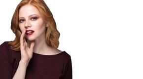 Mooi meisje die met heldere make-up en krullend haar een geheim vertellen Portret jonge gelukkige vrouw die aan iemand roept Royalty-vrije Stock Foto