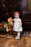 Mooi meisje die met stuk speelgoed bij de camera glimlachen royalty-vrije stock fotografie
