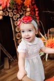 Mooi meisje die met stuk speelgoed bij de camera glimlachen royalty-vrije stock foto's