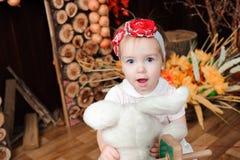 Mooi meisje die met stuk speelgoed bij de camera glimlachen royalty-vrije stock afbeeldingen