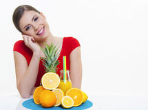 Mooi meisje die met vers fruit oranje citroensap glimlachen Royalty-vrije Stock Afbeelding