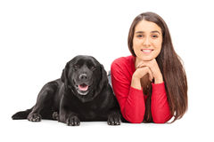 Mooi meisje die naast haar huisdierenhond liggen Stock Fotografie