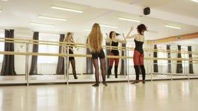 Mooi meisje die oefeningen met meisjesinstructeur doen stock footage