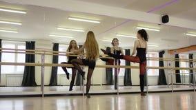 Mooi meisje die oefeningen met meisjesinstructeur doen stock videobeelden