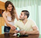 Mooi meisje die om geld van echtgenoot vragen Stock Fotografie