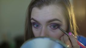 Mooi meisje die oogmake-up met schaduwen 4K toepassen stock video