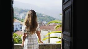 Mooi meisje die op balkon van de villa van Portugal lopen stock video