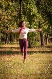 Mooi meisje die op de herfstpark lopen stock afbeeldingen